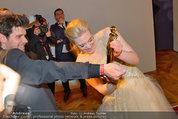 Romy Gala - Preisverleihung - Hofburg - Sa 26.04.2014 - Larissa MAROLT putzt Romy an Hemds�rmel48