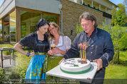Birthday Party - Hanner Mayerling - So 27.04.2014 - Heinz HANNER, Brigitte LASHOFER, Verena PFL�GER mit Torte39