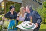 Birthday Party - Hanner Mayerling - So 27.04.2014 - Heinz HANNER, Brigitte LASHOFER, Verena PFL�GER mit Torte40