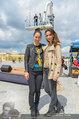 Foto Flashmob - Schloss Schönbrunn - Sa 10.05.2014 - Miriam HIE, Nelly BAUMANN,im Hintergrund Manfred BAUMANN am Kran17