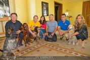 Hundeflüsterer Cesar Millan - Grand Hotel Wien - Do 22.05.2014 - Gruppenfoto mit Cesar MILANO10