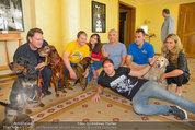 Hundeflüsterer Cesar Millan - Grand Hotel Wien - Do 22.05.2014 - Gruppenfoto mit Cesar MILANO12