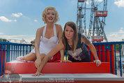 Christina Stürmer - Walk of Fame Madame Tussauds - Di 01.07.2014 - Christina ST�RMER mit Marylin Monroe Figur2