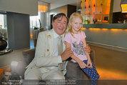 Lugner Verlobung - Casino Velden - Fr 01.08.2014 - Richard LUGNER mit Leonie1