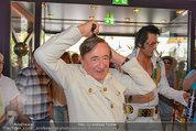 Lugner Verlobung - Casino Velden - Fr 01.08.2014 - Richard LUGNER styled sich (frisur, frisieren, Kamm)19