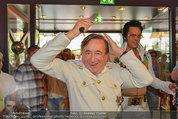 Lugner Verlobung - Casino Velden - Fr 01.08.2014 - Richard LUGNER styled sich (frisur, frisieren, Kamm)20