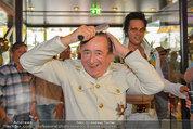Lugner Verlobung - Casino Velden - Fr 01.08.2014 - Richard LUGNER styled sich (frisur, frisieren, Kamm)21