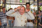Lugner Verlobung - Casino Velden - Fr 01.08.2014 - Richard LUGNER styled sich (frisur, frisieren, Kamm)22