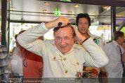 Lugner Verlobung - Casino Velden - Fr 01.08.2014 - Richard LUGNER styled sich (frisur, frisieren, Kamm)23