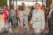 Lugner Verlobung - Casino Velden - Fr 01.08.2014 - Richard LUGNER w�hrend G�ste ein Foto mit Elvis wollen24