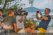 Beachvolleyball VIPs - Centrecourt Klagenfurt - Sa 02.08.2014 - Fritz STROBL macht Handyfoto von Felix BAUMGARTNER44