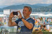 Beachvolleyball VIPs - Centrecourt Klagenfurt - Sa 02.08.2014 - Fritz STROBL macht Handyfoto45