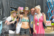 Beachvolleyball VIPs - Centrecourt Klagenfurt - So 03.08.2014 - Richard LUGNER, Spatzi Crazy Cathy SCHMITZ mit Fans27