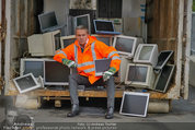 Alfons Haider Fotoshooting - Mistplatz Heiligenstadt - Mi 03.09.2014 - Alfons HAIDER mit Computern, PCs, Laptop, Monitoren1