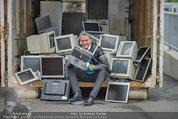 Alfons Haider Fotoshooting - Mistplatz Heiligenstadt - Mi 03.09.2014 - Alfons HAIDER mit Computern, PCs, Laptop, Monitoren10