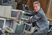 Alfons Haider Fotoshooting - Mistplatz Heiligenstadt - Mi 03.09.2014 - Alfons HAIDER mit Computern, PCs, Laptop, Monitoren11