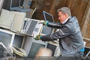 Alfons Haider Fotoshooting - Mistplatz Heiligenstadt - Mi 03.09.2014 - Alfons HAIDER mit Computern, PCs, Laptop, Monitoren12