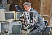Alfons Haider Fotoshooting - Mistplatz Heiligenstadt - Mi 03.09.2014 - Alfons HAIDER mit Computern, PCs, Laptop, Monitoren13