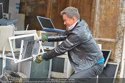 Alfons Haider Fotoshooting - Mistplatz Heiligenstadt - Mi 03.09.2014 - Alfons HAIDER mit Computern, PCs, Laptop, Monitoren14