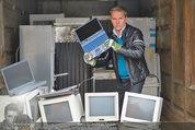 Alfons Haider Fotoshooting - Mistplatz Heiligenstadt - Mi 03.09.2014 - Alfons HAIDER mit Computern, PCs, Laptop, Monitoren18