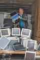 Alfons Haider Fotoshooting - Mistplatz Heiligenstadt - Mi 03.09.2014 - Alfons HAIDER mit Computern, PCs, Laptop, Monitoren19