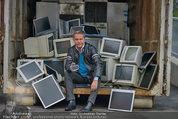 Alfons Haider Fotoshooting - Mistplatz Heiligenstadt - Mi 03.09.2014 - Alfons HAIDER mit Computern, PCs, Laptop, Monitoren2