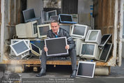 Alfons Haider Fotoshooting - Mistplatz Heiligenstadt - Mi 03.09.2014 - Alfons HAIDER mit Computern, PCs, Laptop, Monitoren3
