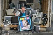 Alfons Haider Fotoshooting - Mistplatz Heiligenstadt - Mi 03.09.2014 - Alfons HAIDER mit Computern, PCs, Laptop, Monitoren4