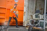 Alfons Haider Fotoshooting - Mistplatz Heiligenstadt - Mi 03.09.2014 - Alfons HAIDER mit Computern, PCs, Laptop, Monitoren7
