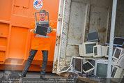 Alfons Haider Fotoshooting - Mistplatz Heiligenstadt - Mi 03.09.2014 - Alfons HAIDER mit Computern, PCs, Laptop, Monitoren8
