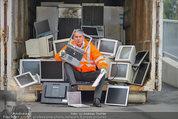 Alfons Haider Fotoshooting - Mistplatz Heiligenstadt - Mi 03.09.2014 - Alfons HAIDER mit Computern, PCs, Laptop, Monitoren9