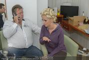 Lugner Hochzeit - Lugner City - Sa 13.09.2014 - Cathy SCHMITZ LUGNER mit Vater - backstage bei Vorbereitung10