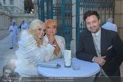 Lugner Feier - Palais Liechtenstein - Sa 13.09.2014 - Cathy LUGNER (Schmitz) mit Mutter und Bruder (Familie)18