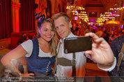 Almdudler Trachtenpärchenball - Rathaus - Fr 19.09.2014 - Oliver POCHER macht ein Selfie mit Jennifer201