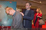 Kinopremiere - Village Cinema - Do 16.10.2014 - Sebastian BEZZEL schreibt Autogramm auf R�cken von Simon SCHWAR15