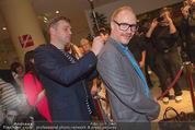 Kinopremiere - Village Cinema - Do 16.10.2014 - Sebastian BEZZEL schreibt Autogramm auf R�cken von Simon SCHWAR16