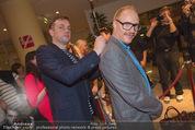 Kinopremiere - Village Cinema - Do 16.10.2014 - Sebastian BEZZEL schreibt Autogramm auf R�cken von Simon SCHWAR17