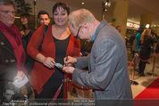 Kinopremiere - Village Cinema - Do 16.10.2014 - Simon SCHWARZ schreibt Autogramm18