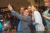 Kinopremiere - Village Cinema - Do 16.10.2014 - Sebastian BEZZEL und Simon SCH'WARZ machen Selfie mit Fans19