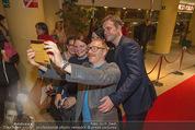 Kinopremiere - Village Cinema - Do 16.10.2014 - Sebastian BEZZEL und Simon SCH'WARZ machen Selfie mit Fans24