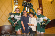 Rot Kreuz Ball PK - Park Hyatt - Mi 29.10.2014 - Nhut LA HONG, Maria HAPPEL mit Cheerleaders15