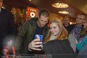 Kinopremiere ´Honig im Kopf´ - Cineplexx Donauplex - Mi 17.12.2014 - Til SCHWEIGER macht Selfie mit Fan50