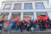 Seminaked in Red - Desigual - Sa 27.12.2014 - Kundenandrang vor Laden�ffnung25