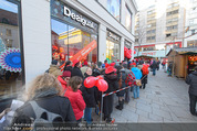 Seminaked in Red - Desigual - Sa 27.12.2014 - Kundenandrang vor Laden�ffnung26