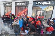 Seminaked in Red - Desigual - Sa 27.12.2014 - Kundenandrang vor Laden�ffnung38