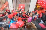Seminaked in Red - Desigual - Sa 27.12.2014 - Kundenandrang vor Laden�ffnung57