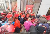 Seminaked in Red - Desigual - Sa 27.12.2014 - Kundenandrang vor Laden�ffnung58