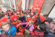Seminaked in Red - Desigual - Sa 27.12.2014 - Kundenandrang vor Laden�ffnung59
