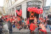 Seminaked in Red - Desigual - Sa 27.12.2014 - Kunden in Unterw�sche st�rmen das Gesch�ft64