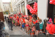 Seminaked in Red - Desigual - Sa 27.12.2014 - Kunden in Unterw�sche st�rmen das Gesch�ft67